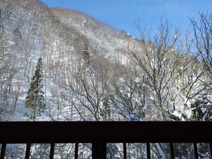 白布温泉中屋別館不動閣渓谷館から望む鮮やかな青空と雪景色