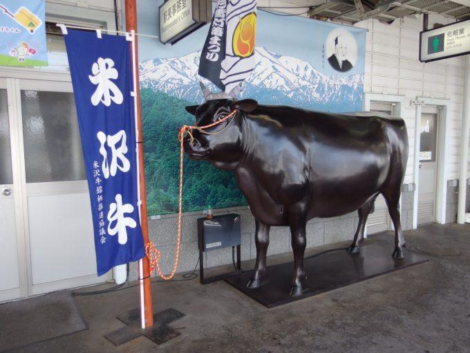 米沢駅ホームの米沢牛の像