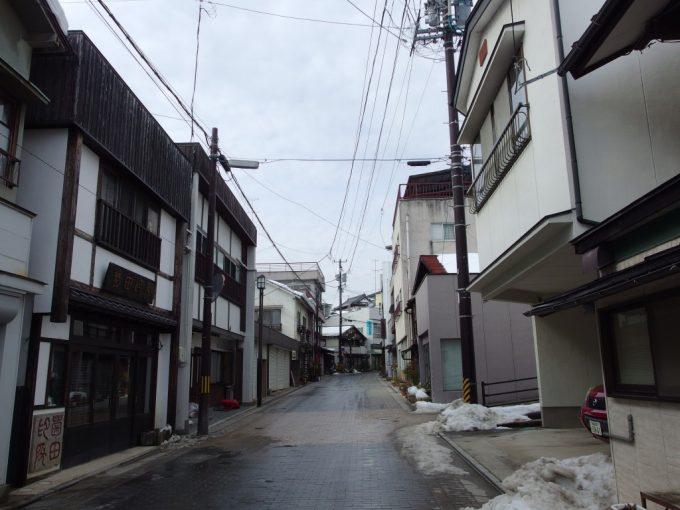 雪の残る飯坂温泉の街