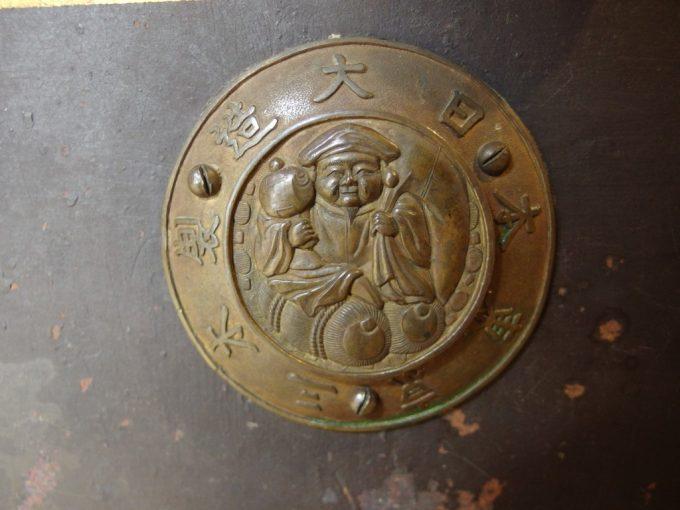 飯坂温泉旧堀切邸大黒様が描かれた金庫の金具