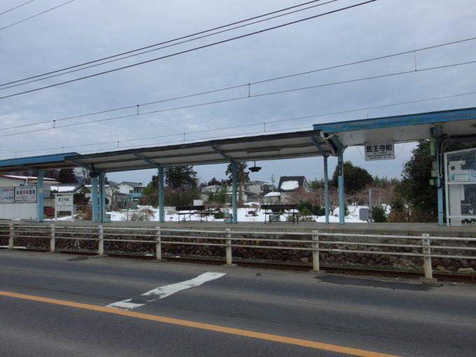 県道わきに佇む福島交通飯坂線医王寺前駅