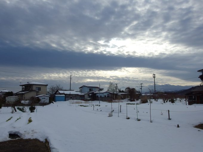 医王寺への住宅街から望む白い山並み