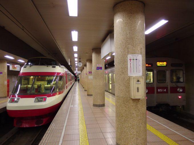 長野電鉄長野駅ホームに並ぶ旧小田急ロマンスカー1000系ゆけむり号と東急8500系
