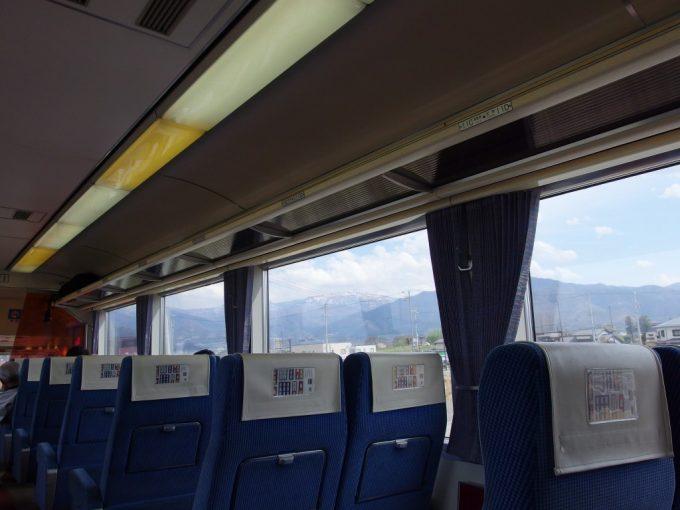 長野電鉄特急ゆけむり号車窓に広がる春の雪山