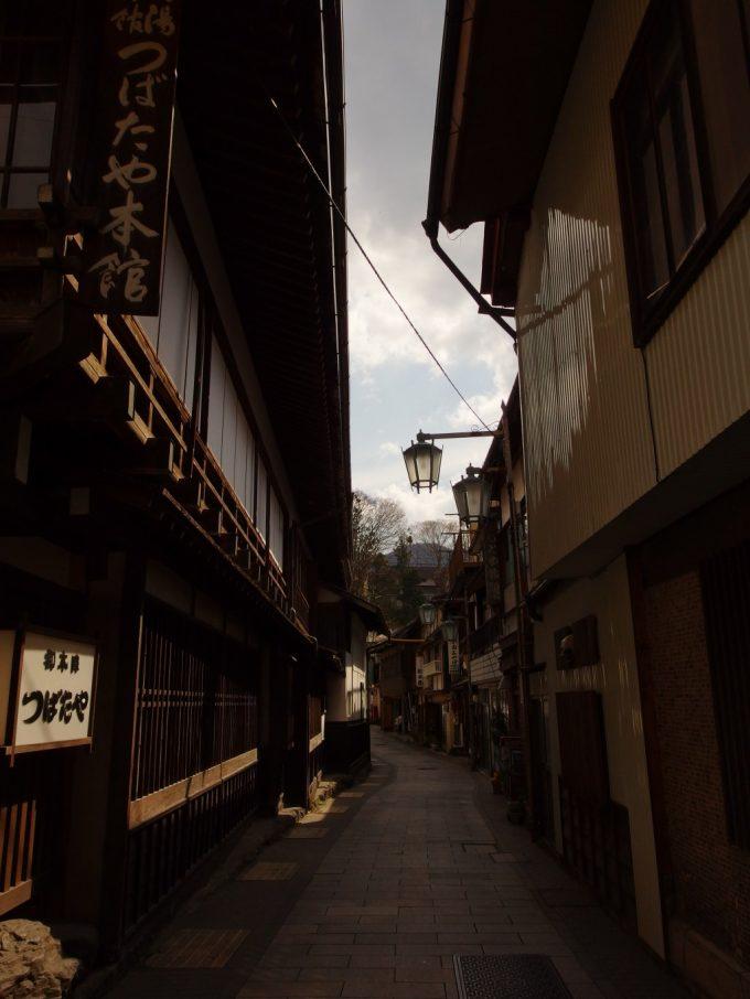狭い石畳の路地が入り組む渋の温泉街