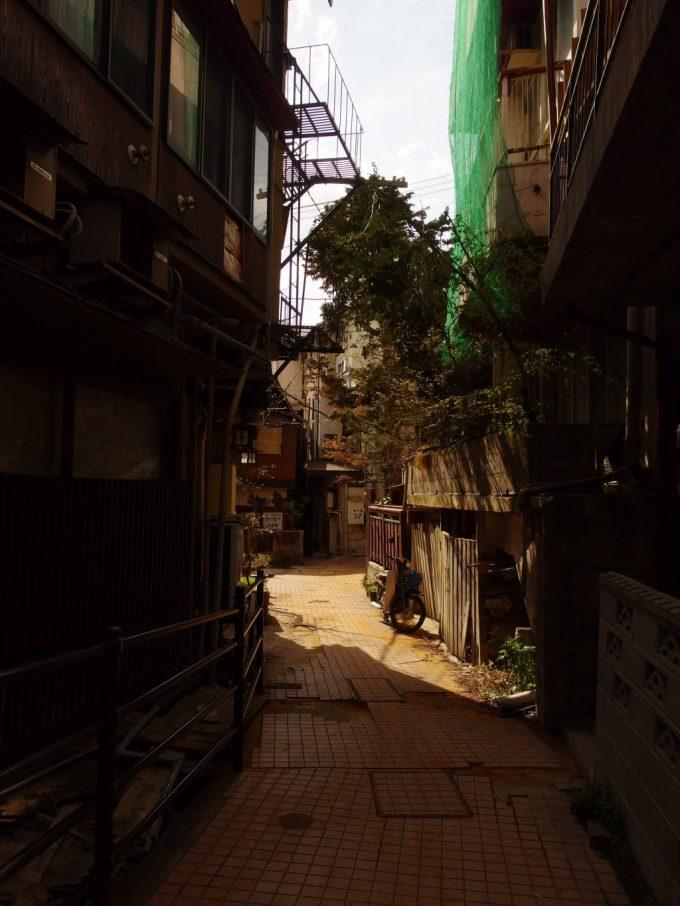 両側に建物が迫る渋温泉の細い石畳