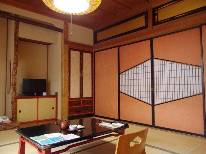 木造建築と和風の良さを感じさせる渋温泉湯本旅館客室