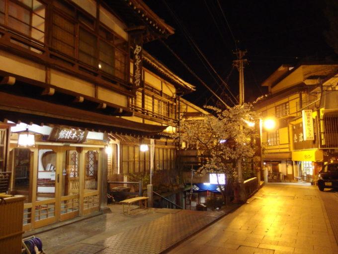 夜桜に彩られた渋温泉湯本旅館
