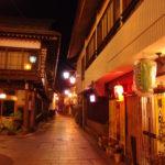 街灯に照らされしっとりとした雰囲気の夜の渋温泉石畳