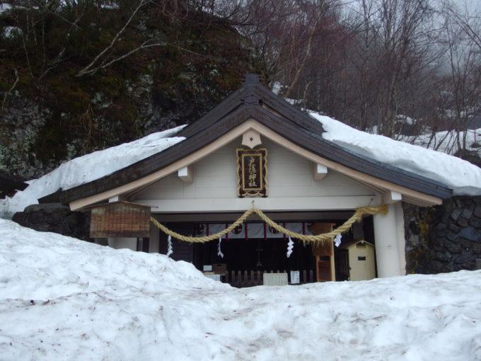 4月下旬雪に埋もれる戸隠神社