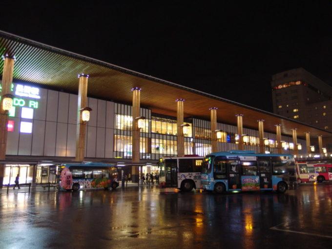 雨に濡れる夜の長野駅