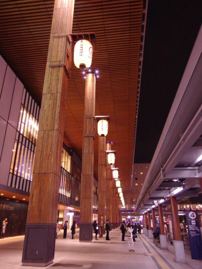 ライトアップされた夜の長野駅大庇