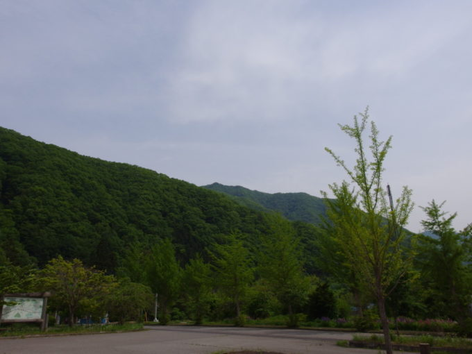 野岩鉄道上三依塩原温泉口駅駅前に広がる鮮やかな新緑