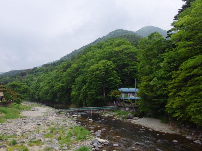 初夏の塩原温泉箒川を彩る新緑