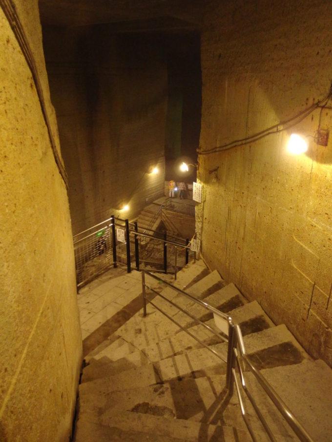 宇都宮大谷資料館石切り場へと降りる石段