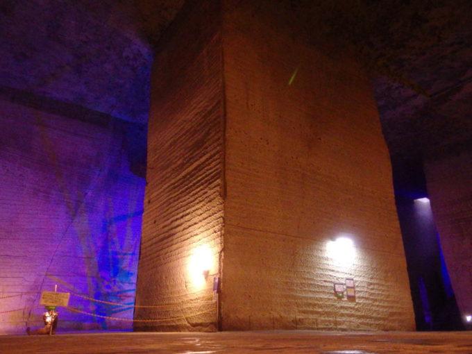 宇都宮大谷資料館地下空間に残る巨大な石柱
