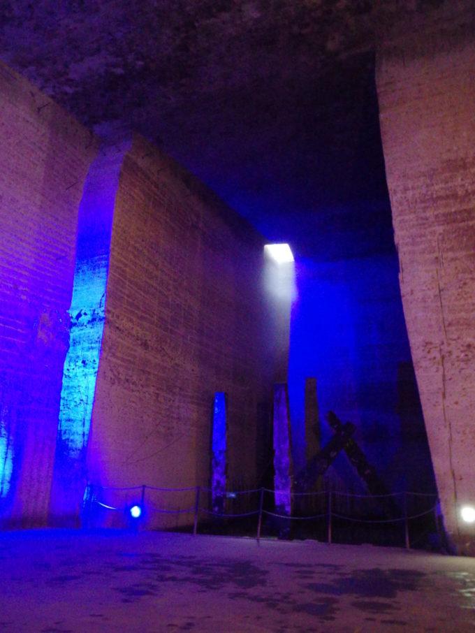 宇都宮大谷資料館天窓から注ぐ淡い光