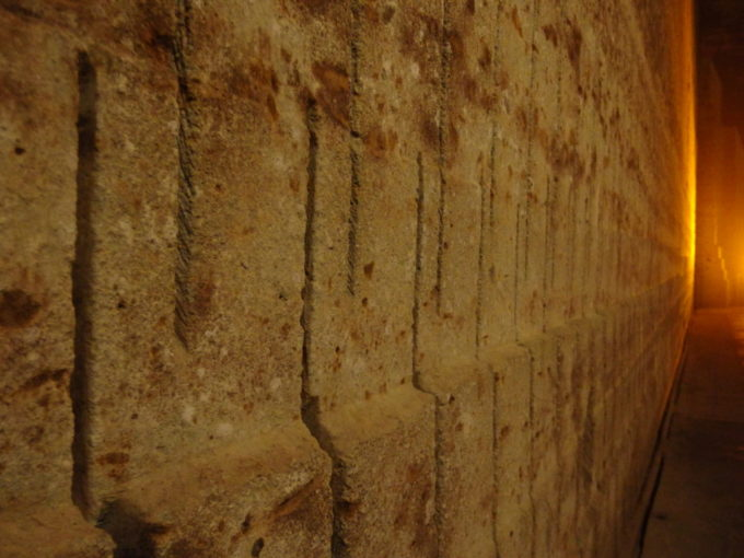 宇都宮大谷資料館岩壁に残る堀跡