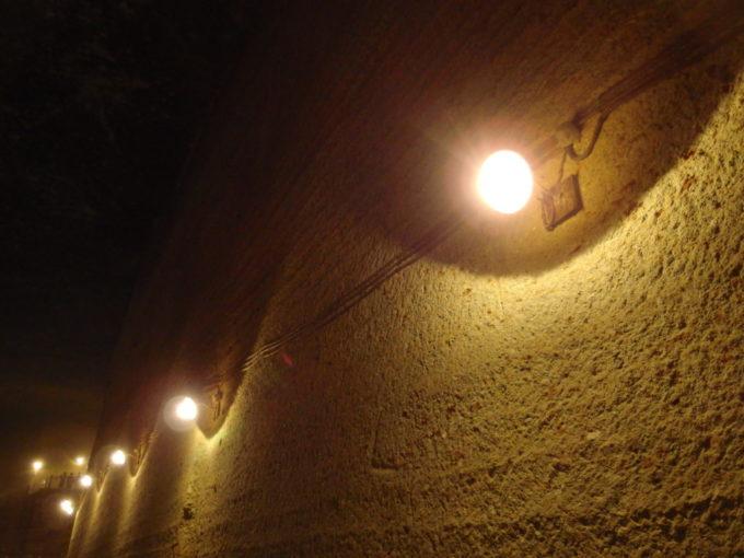 宇都宮大谷資料館ツルハシの跡を照らす白熱灯