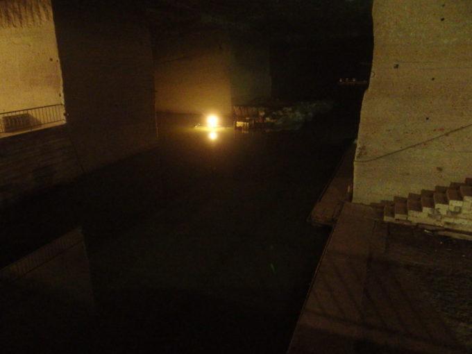 宇都宮大谷資料館静まり返った真っ暗な地底湖