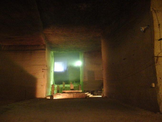 宇都宮大谷資料館外からもれてくる緑の光