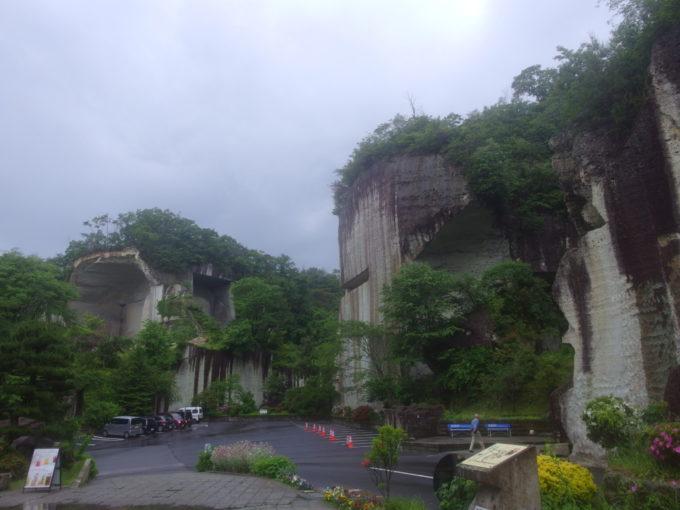 宇都宮大谷資料館前に広がる採掘された山