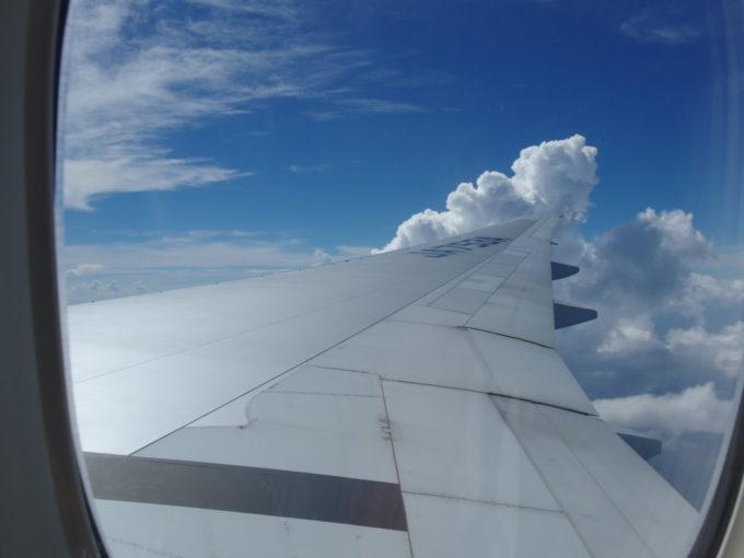 ANA那覇行き機内から眺める青空と白い雲
