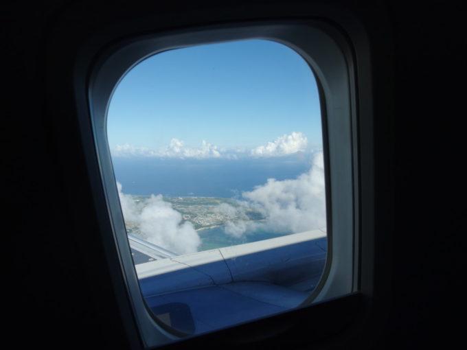 ANA737型機石垣行き離陸し小さくなる沖縄本島