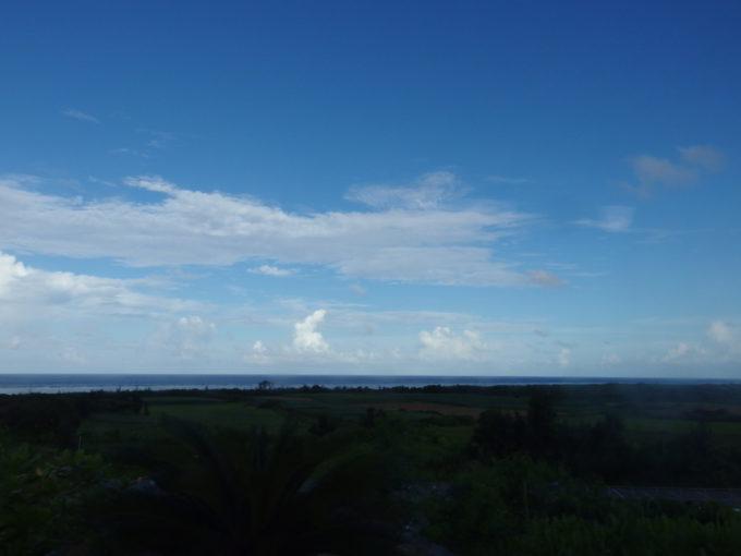 カリー観光路線バス車内から眺める石垣の空と海
