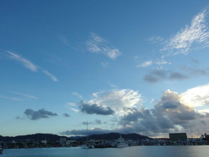 石垣港埠頭から眺める朝の海と山と空