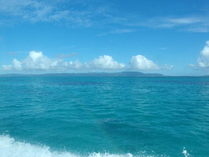 八重山の珊瑚礁の合間を縫って疾走する高速船