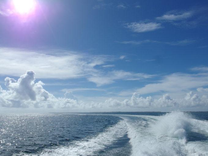 沖縄の陽射しに輝く航跡