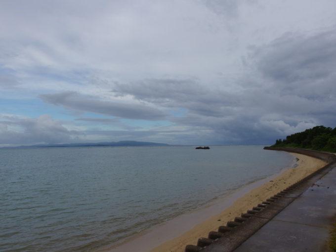 台風が過ぎ曇天の石垣島の海