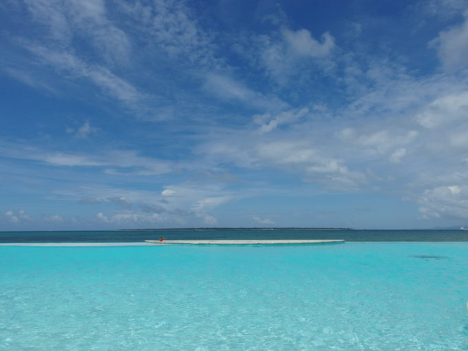 石垣島ビーチホテルサンシャイン海と一体化したようなプール