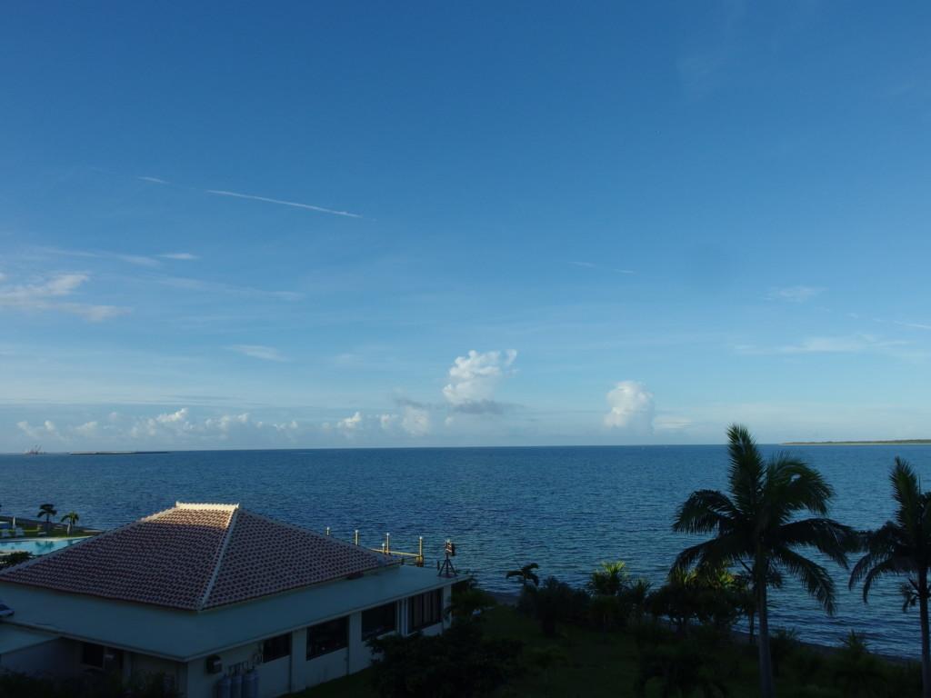 石垣島ビーチホテルサンシャイン客室から望む朝の夏空