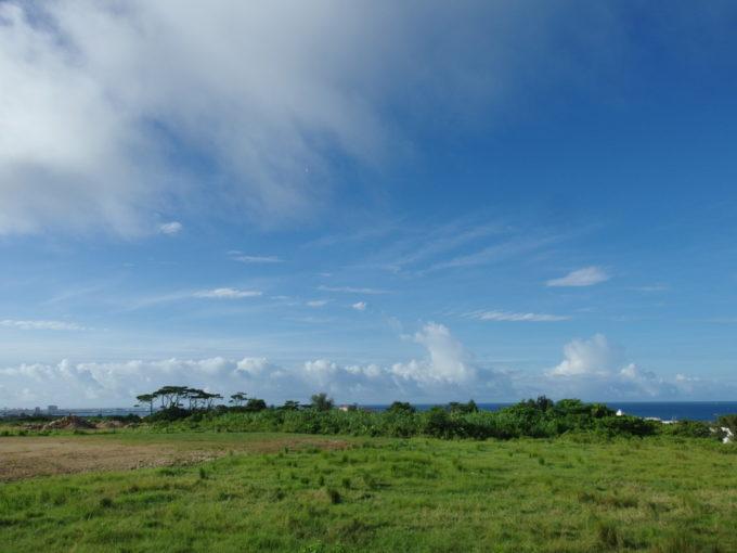 石垣島の小高い丘から眺める草原と海