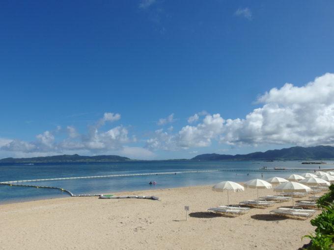 渚に白いパラソルが並ぶフサキビーチ