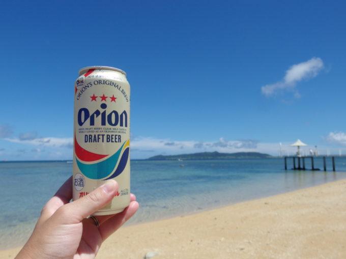 オリオンビール片手に散歩するフサキビーチ