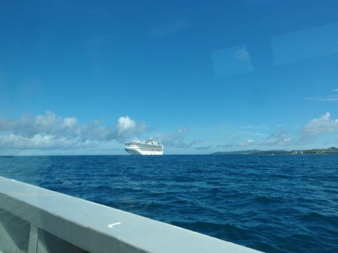 石垣島沖合に停泊する豪華客船ゴールデンプリンス号