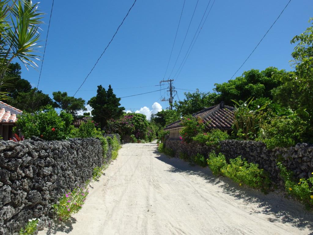 石垣と白い路地が続く竹富島