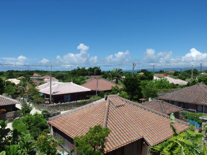 なごみの塔直下から望む竹富島の集落美