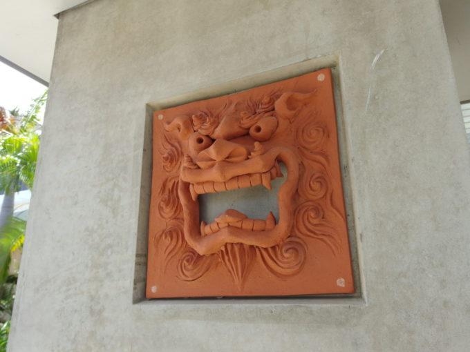 南ぬ島石垣空港の様々な表情をしたシーサーたち