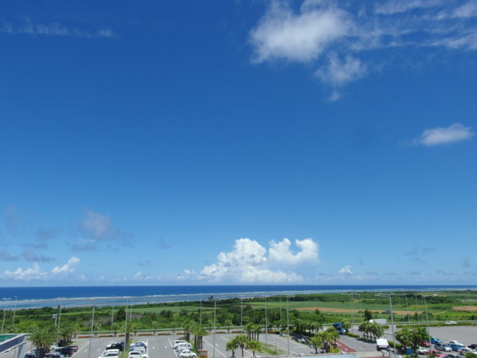 南ぬ島石垣空港展望デッキから望むコーラルブルーの海