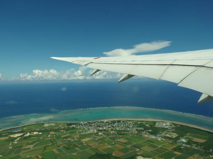 離陸する機内から望む石垣島の田園と珊瑚礁
