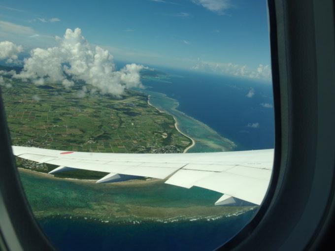 石垣島に沿って旋回する飛行機からの眺め
