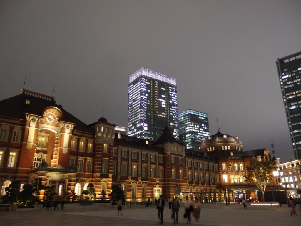 夜霧に浮かぶ東京駅赤レンガ駅舎