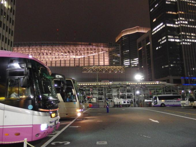 東京駅鍛冶橋バスターミナルに並ぶ高速バスと横を通過する東海道新幹線