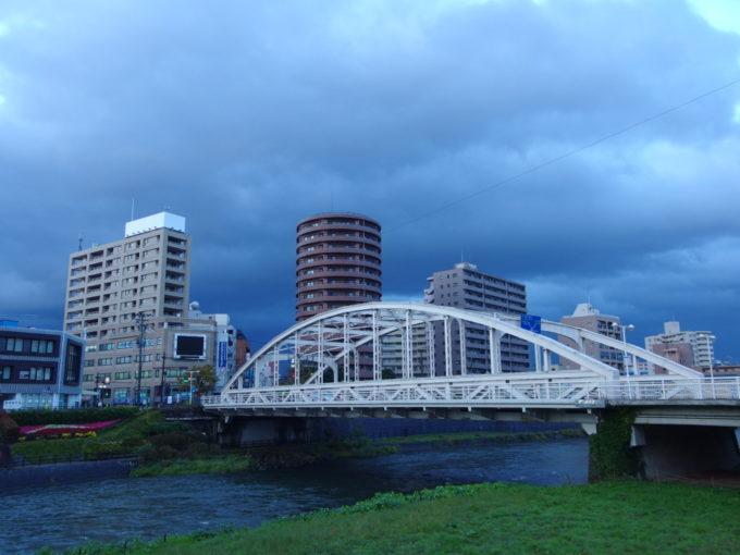 雨上がり、早朝の盛岡開運橋