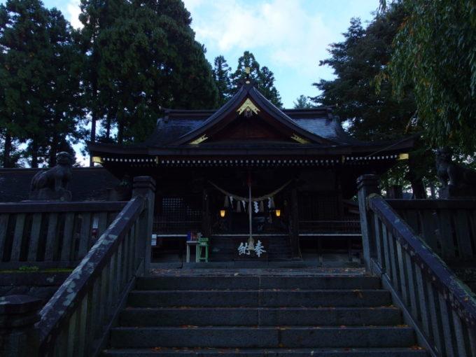 早朝の荘厳な空気に包まれる櫻山神社