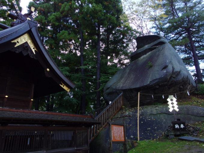 盛岡桜山神社の横に聳える烏帽子岩